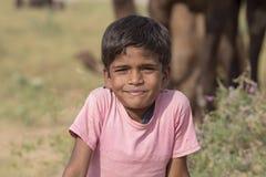 Молодой мальчик и верблюд, который включили в верблюда Mela Pushkar Стоковое фото RF