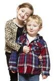 Молодой мальчик и девушка ся вскользь одето Стоковое Изображение