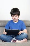 Молодой мальчик и таблетка цифровая Стоковые Фотографии RF