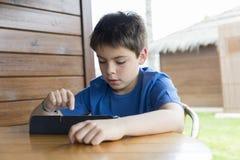 Молодой мальчик и таблетка цифровая Стоковое Фото