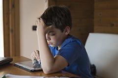 Молодой мальчик и таблетка цифровая Стоковые Фото