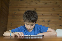 Молодой мальчик и таблетка цифровая Стоковая Фотография
