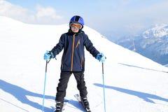 Молодой мальчик катается на лыжах стоковая фотография rf
