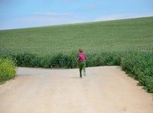 Молодой мальчик, который побежали в полях Стоковая Фотография RF