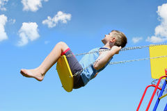 Молодой мальчик на качании Стоковое Изображение