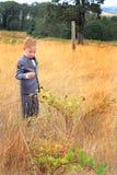 Молодой мальчик нося костюм в высокорослой траве Стоковое Изображение