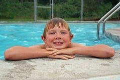 Молодой мальчик отдыхая после плавать Стоковые Фотографии RF