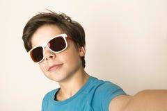 Молодой мальчик принимает selfie Стоковые Изображения RF