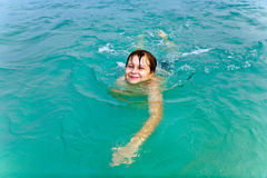 Молодой мальчик плавает в теплом стоковые изображения rf