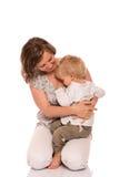 Молодой мальчик сидя на внапуске матери Стоковое Изображение RF