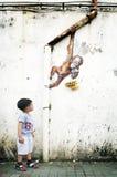 Молодой мальчик смотря настенную роспись стены Эрнеста Zacharevic Стоковая Фотография RF