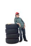 Молодой мальчик с комплектом автошин автомобиля стоковая фотография rf