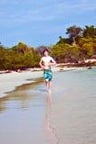 Молодой мальчик с красными волосами бежит вдоль beautif стоковая фотография rf