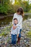 Молодой мальчик с матерью на реке в Орегоне Стоковое фото RF