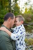 Молодой мальчик с отцом Стоковые Изображения