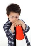 Молодой мальчик с сигналом дороги конуса Стоковые Фото