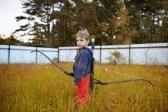 Молодой мальчик с смычком как охотник Стоковая Фотография RF