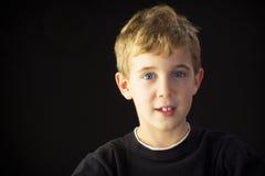 Молодой мальчик усмехается приятно стоковое фото rf