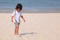 Молодой мальчик Asain на пляже Стоковые Изображения