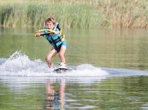 Молодой мальчик wakeboarding Стоковые Фотографии RF