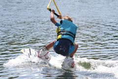 Молодой мальчик wakeboarding Стоковые Изображения RF