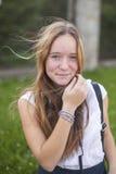 Молодой милый предназначенный для подростков портрет девушки outdoors Природа Стоковое Фото