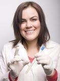 Молодой милый принимать доктора женщины брюнет анализирует Стоковая Фотография
