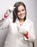 Молодой милый принимать доктора женщины брюнет анализирует Стоковая Фотография RF
