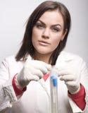 Молодой милый принимать доктора женщины брюнет анализирует Стоковое Изображение RF