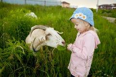 Молодой милый ребенок девушки outdoors Стоковые Изображения