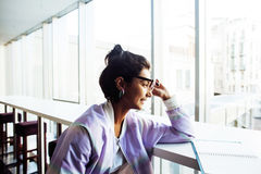 Молодой милый студент девушки битника сидя в кафе с re тетради Стоковые Фото