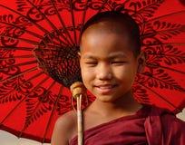 Молодой монах с зонтиком в Мандалае, Мьянме Стоковое фото RF