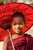 Молодой монах с зонтиком в Мандалае, Мьянме Стоковое Фото