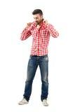 Молодой модный парень держа воротник на его рубашке шотландки стоковые изображения rf