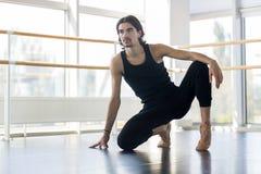 Молодой мужской артист балета представляя, простирание человека практикуя стоковые фотографии rf