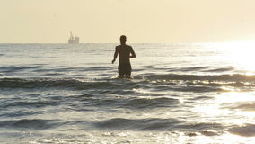 Молодой мужской идти для быстрого заплыва в море акции видеоматериалы