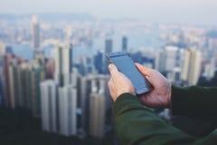 Молодой мужской соединяться к интернету через мобильный телефон стоковое изображение