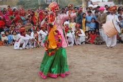 Молодой мужчина выполняет традиционный танец Стоковая Фотография RF