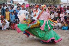 Молодой мужчина выполняет традиционный танец Стоковые Фото