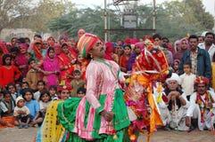 Молодой мужчина выполняет традиционный танец Стоковые Фотографии RF