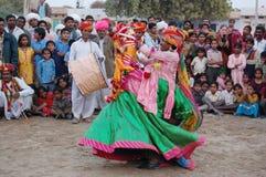 Молодой мужчина выполняет традиционный танец Стоковое фото RF