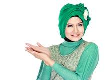 Молодой мусульманский представлять женщины стоковая фотография rf