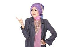 Молодой мусульманский указывать женщины стоковое изображение
