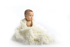 Молодой младенец сидя на белой предпосылке Стоковое фото RF