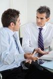 Молодой обсуждать бизнесмена и коллеги Стоковая Фотография RF