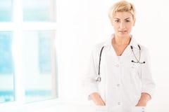 Молодой доктор в белом пальто Стоковая Фотография RF