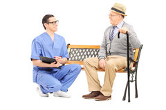 Молодой доктор говоря к старшему джентльмену Стоковые Фотографии RF
