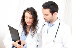 Молодой доктор и медсестра анализируя рентгенографирование Стоковые Фотографии RF