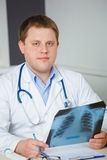 Молодой доктор с изображением рентгеновского снимка Стоковые Изображения RF