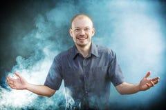 Молодой доктор smilling в дыме Стоковые Изображения
